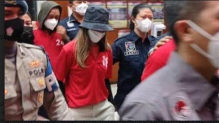 Tersangka kasus narkoba pasangan selebritas, Nia Ramadhani dan Ardi Bakrie dibawa petugas keluar dari Polres Metro Jakarta Pusat, Kamis (8/7/2021) malam.