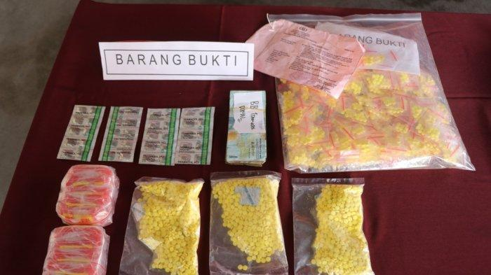 Seorang pria berinisial DM alias Donal (34), warga Kecamatan Cisoka, Kabupaten Tangerang, kembali berurusan dengan kepolisian. Hal ini, karena Donal menjual obat daftar G yakni obat jenis tramadol dan dextro tanpa izin.