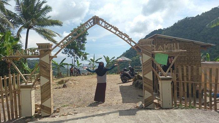 Objek wisata Saung Bambu Ciboyot di perbukitan Watu Lawang tepatnya di Lingkungan Watu Lawang RT 09/01, Kelurahan Gerem, Kecamatan Gerogol, Kota Cilegon, Banten.