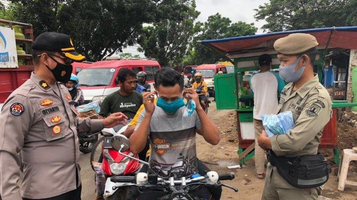 Polda Banten dan Satpol PP Gelar Operasi Yustisi di Pasar Kalodran Serang, Bagikan 15.000 Masker