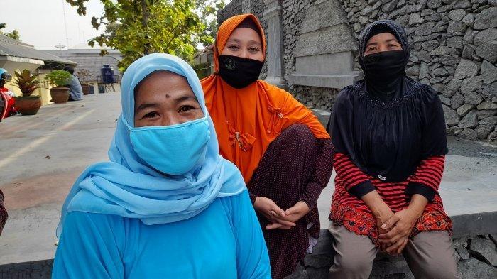 Sejumlah orang tua siswa menunggu di luar gerbang utama masuk SMAN 2 Kota Serang, Rabu (23/6/2021) pagi. Sampai hari ini server PPDB SMA Banten masih terkendala.