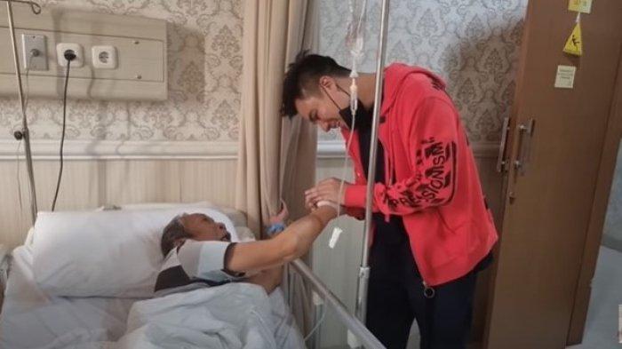 Dikunjungi Baim Wong di Rumah Sakit, Pak Ogah Hanya Bisa Menangis dan Peluk Baim : Saya Lagi Susah
