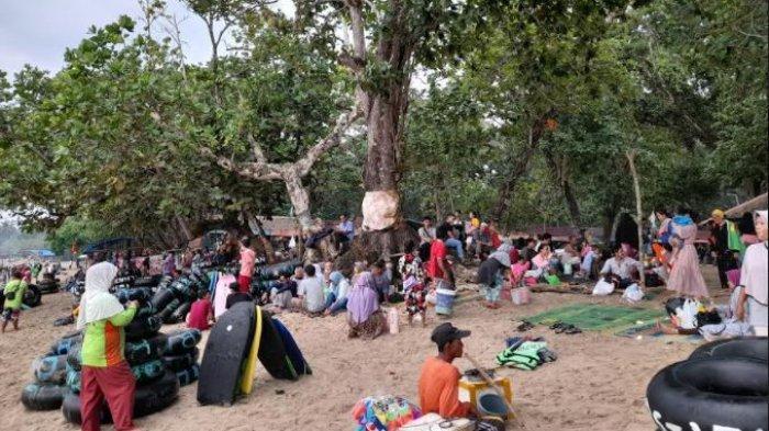 Pantai Carita Dipadati Pengunjung, Mayoritas Tak Pakai Masker dan Datang dari Luar Banten