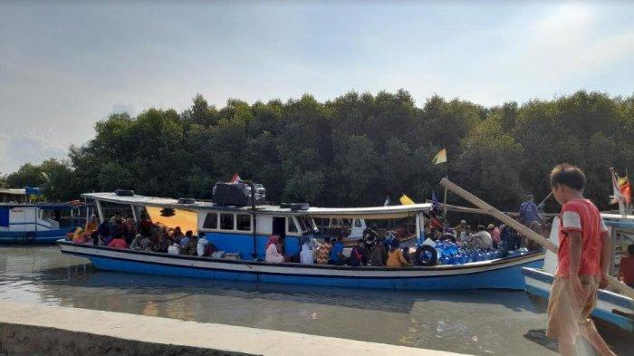 Pantai Gope, Kabupaten Serang Banten ramai dikunjungi pengunjung di tengah melonjaknya kasus Covid-19 di Banten