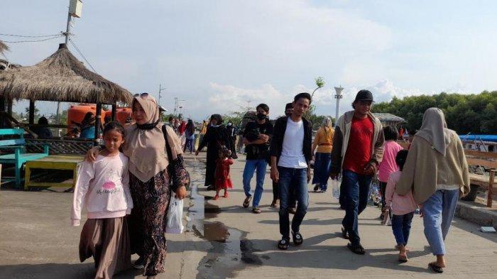 Di Tengah Melonjaknya Kasus Covid-19, Pantai Gope Serang Ramai Pengunjung Hingga Abaikan Prokes