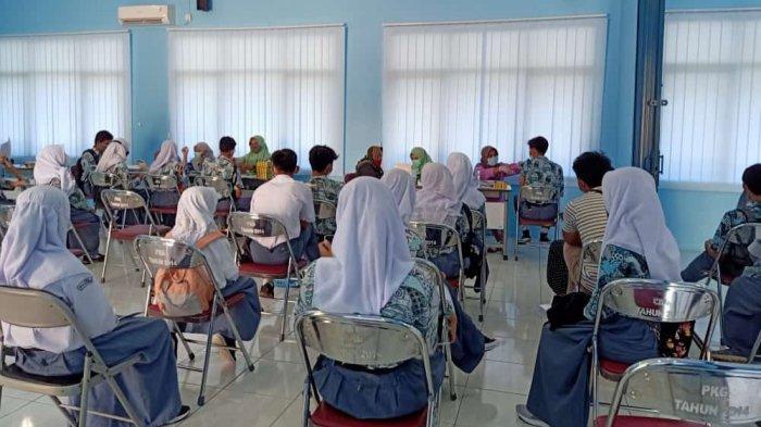 Para siswa sedang menjalani vaksinasi dosis ke-2 di SMAN 2 Kota Serang, Kamis (9/9/2021).