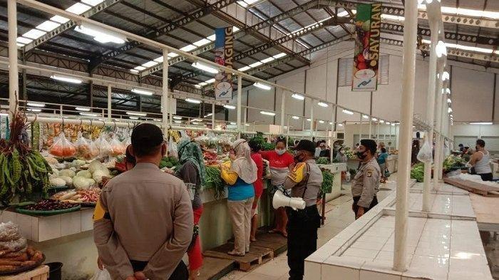 Polisi menggelar razia pelaksaan protokol kesehatan di Pasar Laris, Tangerang.
