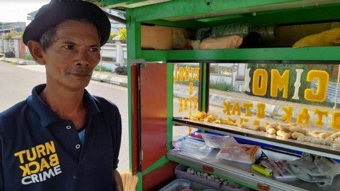 Cerita Pedagang Cimol 'Kucing-Kucingan' dengan Satpol PP Selama PPKM Darurat, Omzet Menurun Tajam