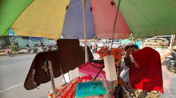 Pedagang Kaki Lima di Lebak Makan Sepiring Berdua Hingga Kibarkan Bendera Putih