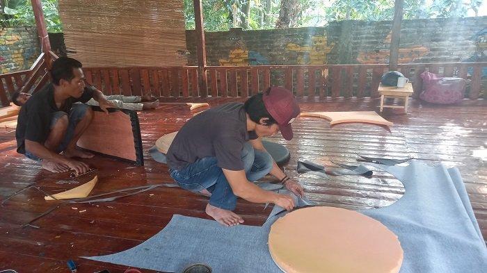 Warga pekerja membuat kerajinan meja dan kursi berbahan dasar limbah drum dan kayu di Sanggar Wuni Kreasi di Jalan Kyai Haji Mudzakir Lingkungan Kubangsaron, RT 04/02, Kelurahan Tegalratu, Kecamatan Ciwandan, Kota Cilegon, Sabtu (22/5/2021).