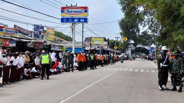Sambut Presiden Jokowi, Ratusan Pelajar Kibarkan Bendera Merah Putih di Pinggir Jalan Raya Banten
