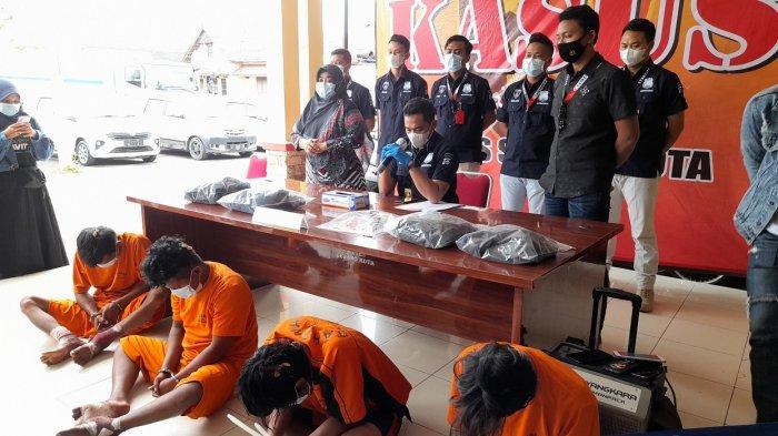 Empat Pelaku Pembacokan di Pasar Rau Ditangkap, Tiga Orang Didorong Pakai Kursi Roda