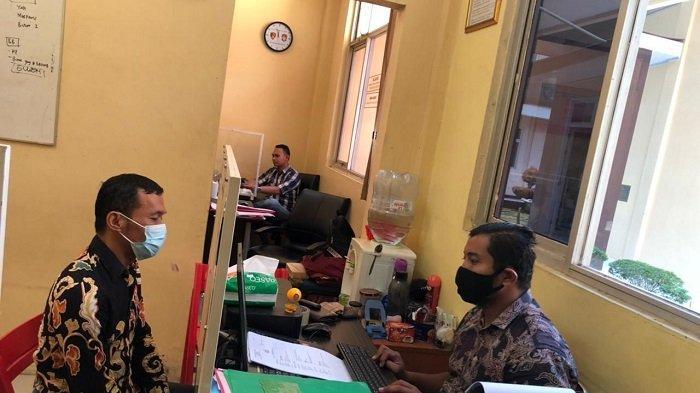 Pelaku penganiayaan dan mengaku anggota Polda Banten (kanan) di SPBU di Lebak ditangkap dan menjalani pemeriksaan di Mapolres Lebak, Jumat (7/5/2021).