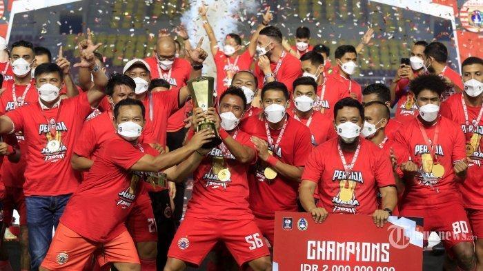 Pemain dan tim ofisial Persija Jakarta melakukan selebrasi sambil mengangkat trofi usai menjuarai Piala Menpora setelah mengalahkan Persib Bandung dalam laga leg kedua babak final Piala Menpora 2021 di Stadion Manahan, Kota Solo, Jawa Tengah, Minggu (25/4/2021) malam. Pertandingan leg kedua berakhir dengan skor 1-2 (0-0) untuk kemenangan Persija Jakarta, dengan demikian Macan Kemayoran keluar sebagai juara Piala Menpora 2021 setelah dalam laga leg pertama babak final mereka mengalahkan Persib Bandung dengan skor 2-0 (unggul agregat 4-1).