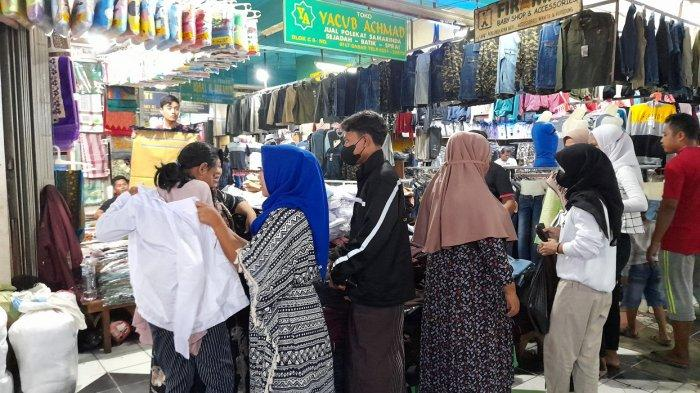 Pembeli Seragam Sekolah di Pasar Rau Serang Membeludak, Stok Kemeja Putih Sampai Ludes
