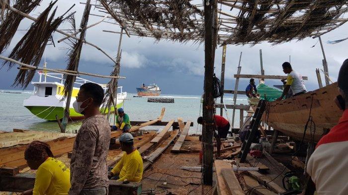 Pembuatan kapal di Kecamatan Pamboang, Kabupaten Majene, Provinsi Sulawesi Barat.