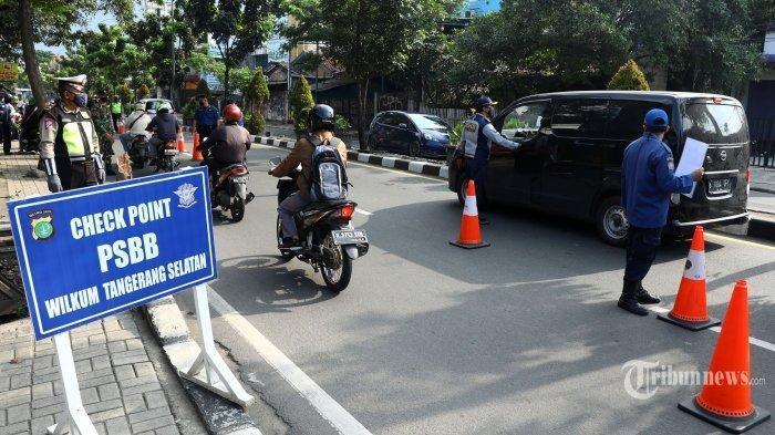 Petugas memeriksa kendaraan di Jalan Ir H Juanda, Tangerang Selatan, Banten, Minggu (3/5/2020), dalam rangka pemberlakuan Pembatasan Sosial Berskala Besar (PSBB) di wilayah Kabupaten Tangerang, Kota Tangerang, dan Kota Tangerang Selatan.
