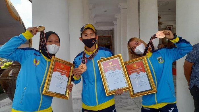 Dalam rangka memperingati Hari ulang tahun Pemerintah Kabupaten Serang memberikan penghargaan kepada empat atlet berprestasi di bidang olahraga.