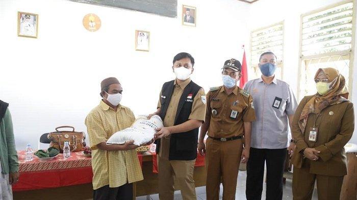Pemerintah Kabupaten Pandeglang mulai menyalurkan bantuan sosial berupa paket sembako kepada warga terdampak pandemi Covid-19.