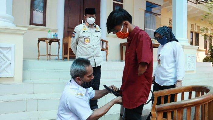 Bantu dan Berdayakan Penyandang Disabilitas, Pemprov Banten Bagikan Kaki Palsu
