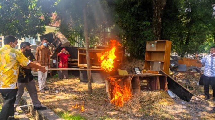 Sudah Tidak Layak Pakai, Meja dan Kursi DPRD Cilegon Dibakar