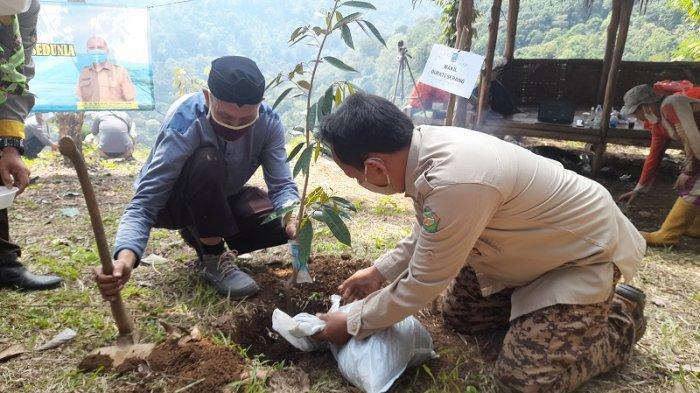 Peringati Hari Lingkungan Hidup Sedunia 2021, Dinas LH Kabupaten Serang Tanam Pohon di Puncak Pilar