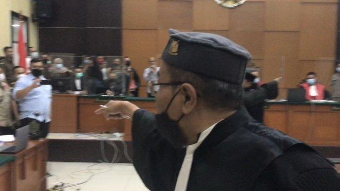 Sejumlah penasihat hukum terdakwa Rizieq Shihab berteriak ke arah Jaksa Penuntut Umum (JPU) dan hakim dalam persidangan dengan agenda pembacaan dakwaan di Pengadilan Negeri Jakarta Timur, Cakung, Jakarta Timur pada Selasa (16/3/2021) siang.