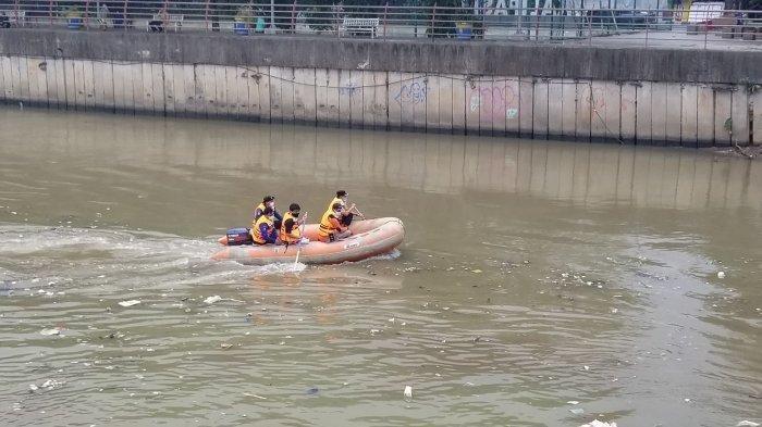 Petugas Badan Penanggulangan Bencana Daerah (BPBD) Kota Tangerang yang mencari korban yang melompat dari Jembatan Merah ke Sungai Cisadane, Rabu (21/7/2021).