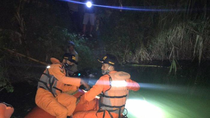 Tim SAR melakukan pencarian korban pemancing tenggelam di danau bekas gallian pasir di Cisauk, Kabupaten Tangerang, Rabu (28/10/2020) malam.