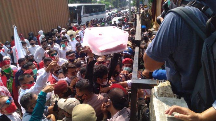 Kericuhan Warnai Pendaftaran Paslon Muhammad-Saraswati di KPU Tangsel