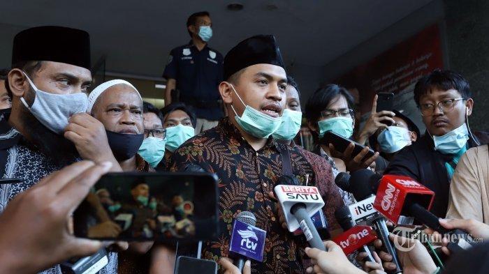 Sekretaris bantuan hukum Front Pembela Islam (FPI) Aziz Yanuar saat memberikan keterangan pers kepada awak media di depan gedung Ditreskrimum Polda Metro Jaya, Jakarta Pusat, Selasa (1/12/2020).