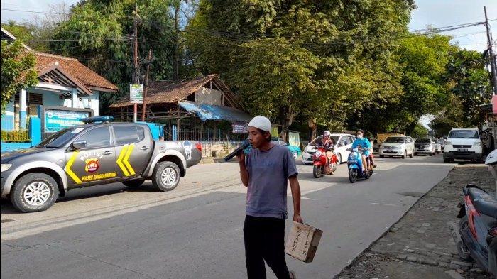 Muhamad Wardana (43) dengan keterbatasan fisik tetap mengais rezeki dengan mengamen di perempatan lampung merah Malang Nengah, Cijoro Pasir, Rangkasbitung, Kabupaten Lebak, Banten, Sabtu (13/2/2021).