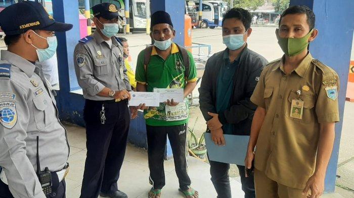 Pengelola Terminal Pakupatan Kota Serang memberangkatkan penumpang secara gratis terhadap warga tidak mampu.