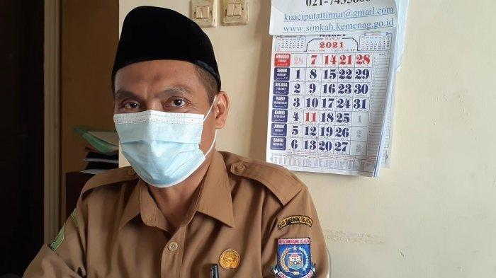 Penghulu KUA Ciputat Timur, Taher Iswahyudi di kantornya, Jalan Menjangan 4, Kelurahan Pondok Ranji, Ciputat Timur, Tangsel, Selasa (23/3/2021).