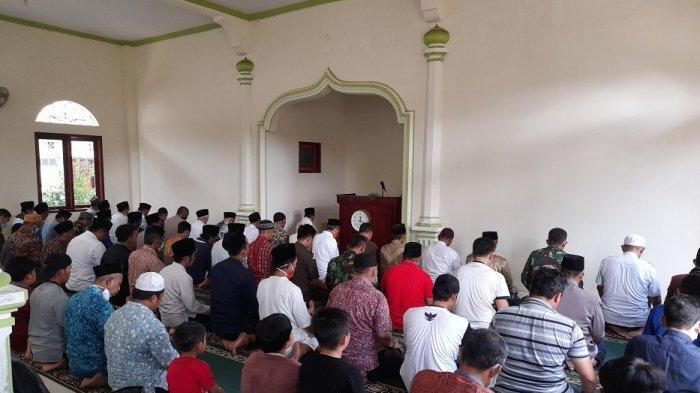 Para pengikut Hakekok Balakasuta melaksanakan salat berjemaah di masjid yang terletak di belakang kantor Kecamatan Cigeulis, Kabupaten Pandeglang, Kamis (25/3/2021).
