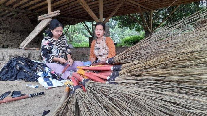 Menengok Kampung Sapu Lidi di Serang, Tetap Berproduksi Meski Dihantam Pandemi