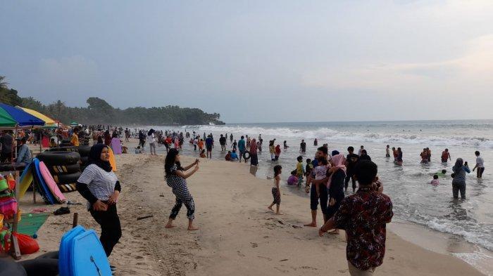 Ratusan pengunjung memadati Pantai Sambalo, kawasan Anyer, Kabupaten Serang sepanjang Kamis (29/10/2020).