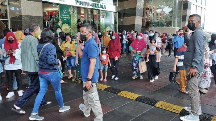 Pengunjung Royal Plaza berhamburan keluar karena gempa.