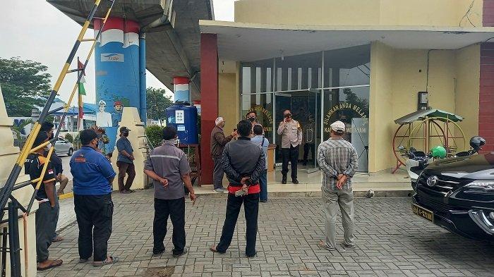 Puluhan pengurus bus mendatangi Polsek Kepolisian Sektor Kawasan Pelabuhan (KSKP) Merak, Cilegon, pada Senin (19/7/2021).
