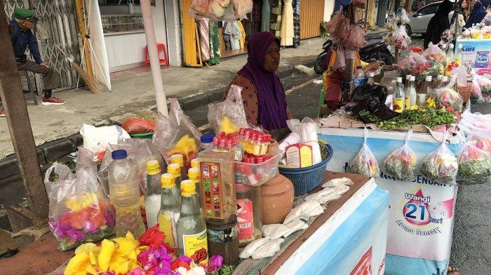 Cerita Pedagang Bunga Tabur di Pasar Lama Menjelang Ramadan, Penjualan Meningkat: Bisa Beli Beras