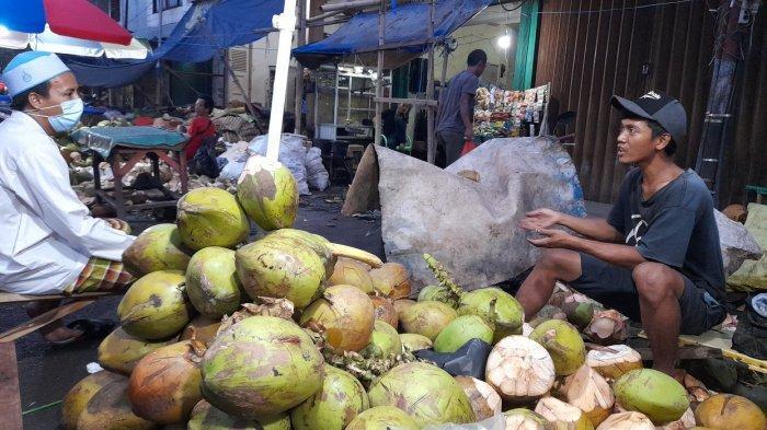 Penjualan Kelapa Muda di Jalan Maulana Hasanudin Kota Serang Melonjak, Omzet Bisa Rp 2 Juta per Hari