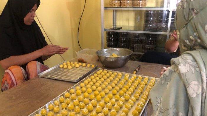 Proses pembuatan kue nastar khas lebaran di dapur milik pengusaha kue kering, Fuji Arini di Kota Serang