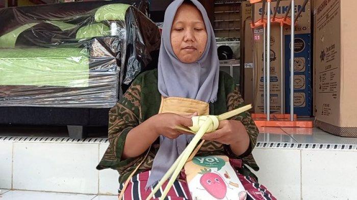 Penjual membuat cangkang ketupat sebelum dijual di Pasar Kranggot, Jalan Pasar Kranggot, Sukmajaya, Kecamatan Jombang, Kota Cilegon, Selasa (27/4/2021).Permintaan ketupat meningkat jelang tradisi Qunutan.
