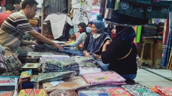 Pria Asal Cilegon Beli Sarung hingga Jutaan Rupiah di Pasar Rau untuk Dibagikan kepada Tetangga
