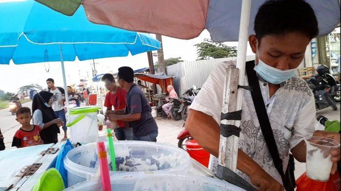 Penjual takjil di Perumahan Negara Lestari, Desa Negara, Kecamatan Kibin, Kabupaten Serang, Banten, Jumat (16/4/2021).