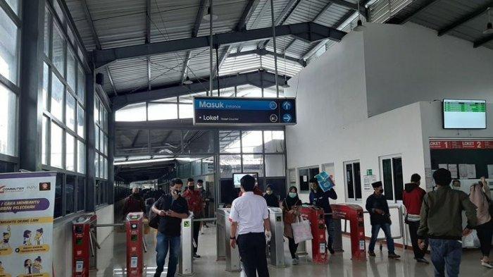 Penumpang commuterline tiba di stasiun Rangkasbitung, Lebak, Banten, Selasa (5/5/2020).