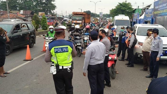 Hari Pertama Pelarangan Mudik, 500 Pengendara Motor Diputar Balik dari Pos Penyekatan di Karawang