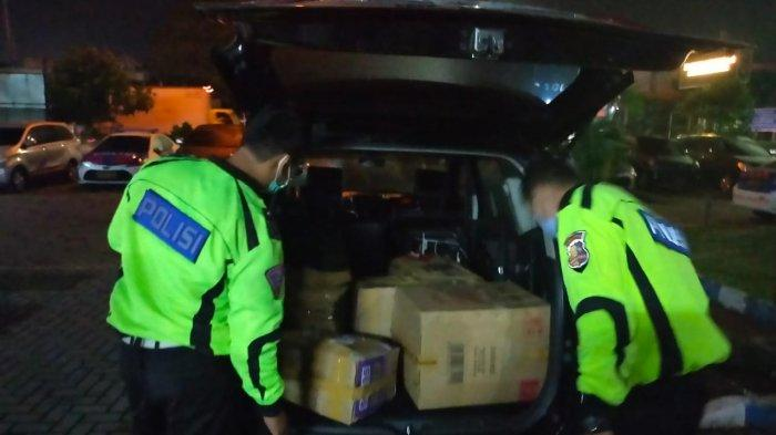 Polisi berhasil menangkap dua orang pelaku diduga telah menyelundupkan sebanyak 30.000 bayi lobster (benur) di Tol Tangerang-Merak tepatnya di Km 34 A,  Kamis (10/6/2021) pagi.