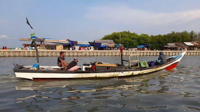 Pemandangan perahu di laut sekitar Pantai Gope, Minggu (27/6/2021)