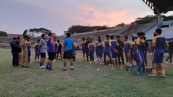 Para pemain Persikota Tangerang saat melakukan uji coba dalam latihan jelang putaran nasional Liga 3, Senin (18/11) sore